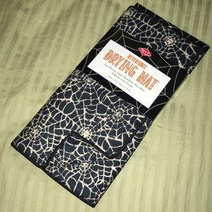Reversible spiderweb drying mat